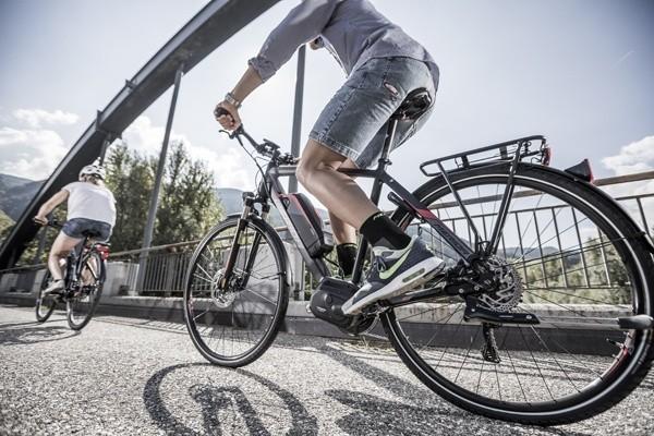 fietsen op een elektrische fiets