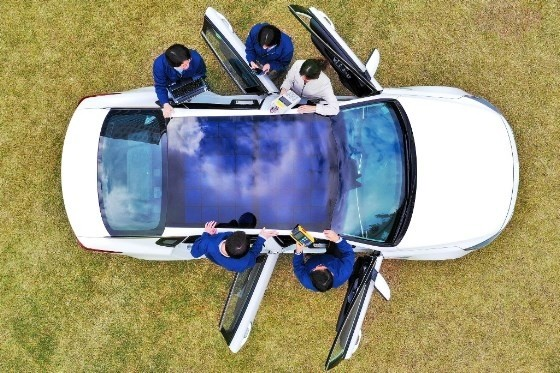 Zonnepanelen in het dak van een elektrische wagen