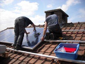 zonnepanelen worden geplaatst