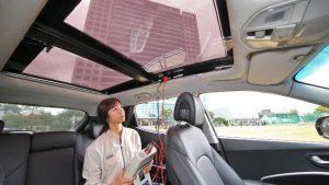 een elektrische wagen met zonnepanelen in het dak