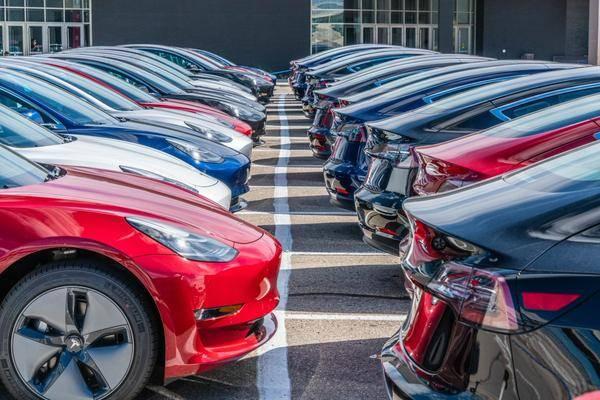 Wereldwijde verkoop elektrische wagens daalt